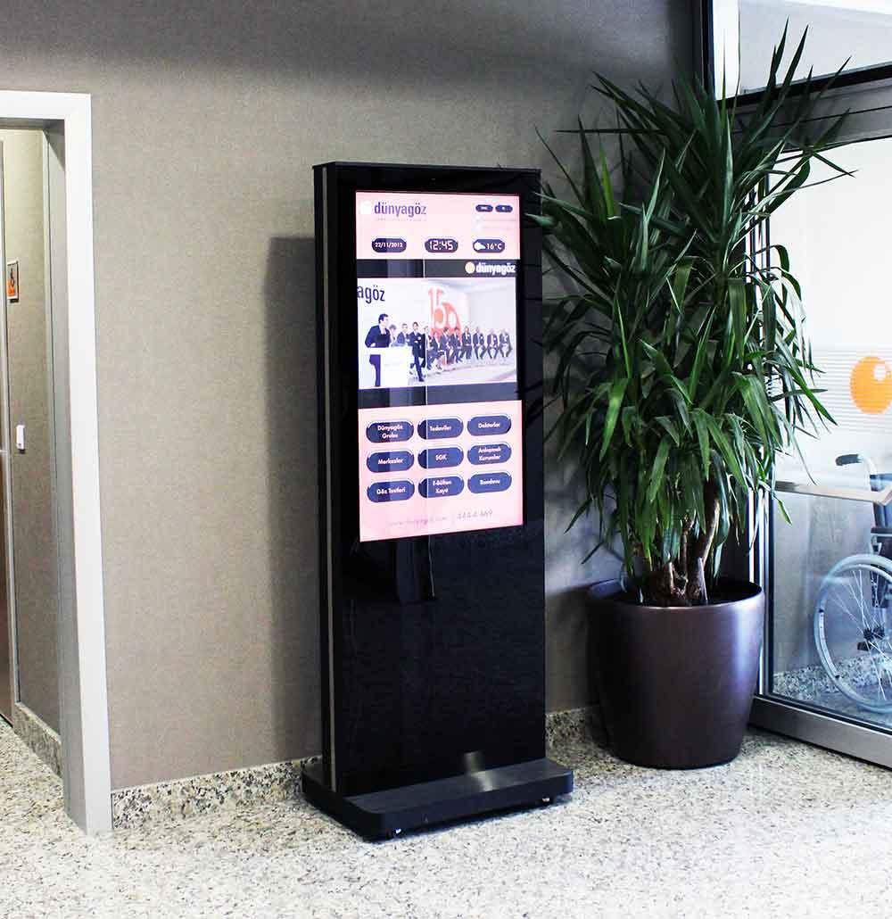 Dokunmatik ekranlarla interaktif iletişime olanak tanıyabilir; hastalar ve hasta yakınlarının istediği an istediği bilgiye rahatça ulaşmasını sağlarsınız